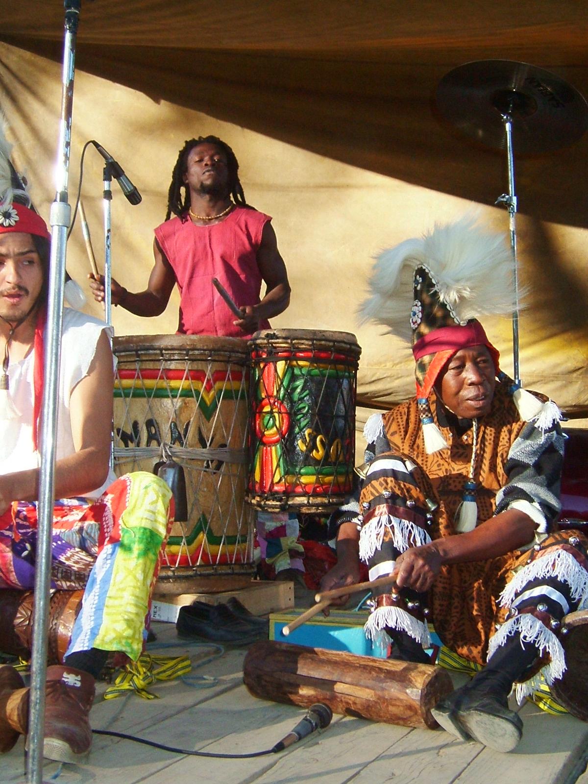 Kabele Bah. Trinidad Martínez y Niara Percusión.